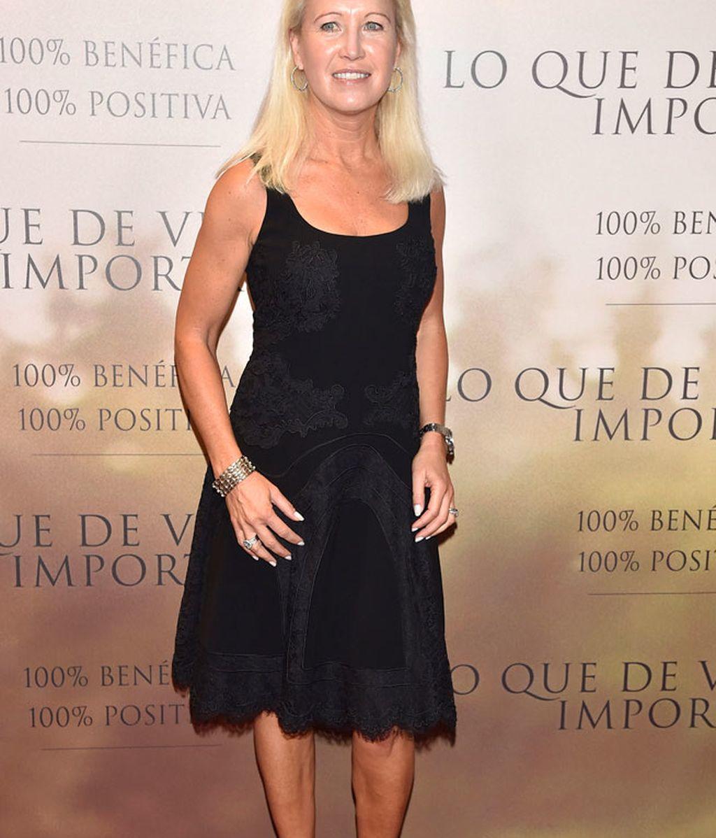 Clea Newman, con vestido bajo la rodilla en negro