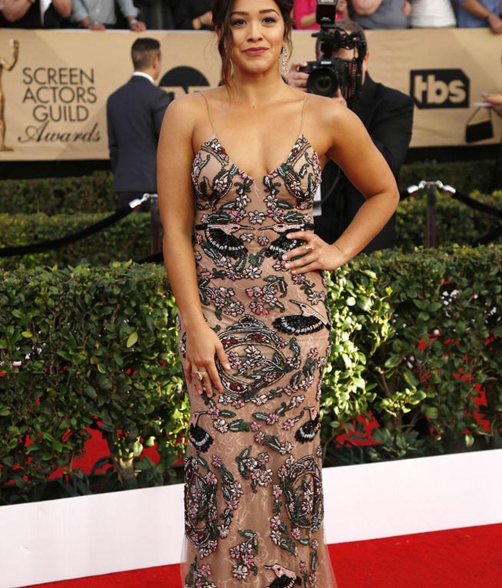 Gina Rodríguez eligió un vestido de tiras y con escote