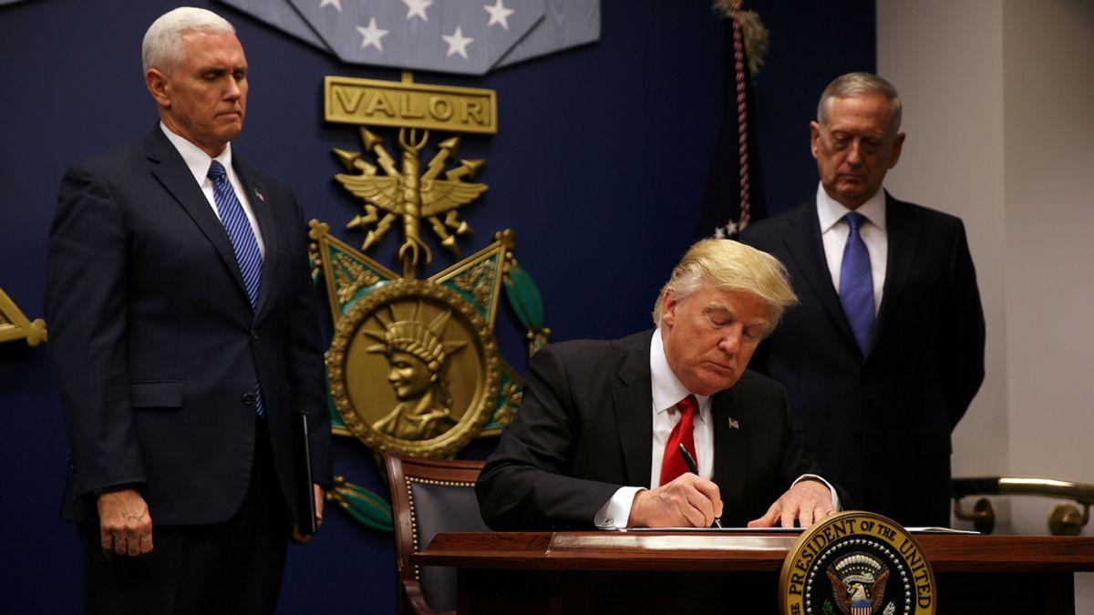 Donald Trump firmando la orden ejecutiva contra los refugiados