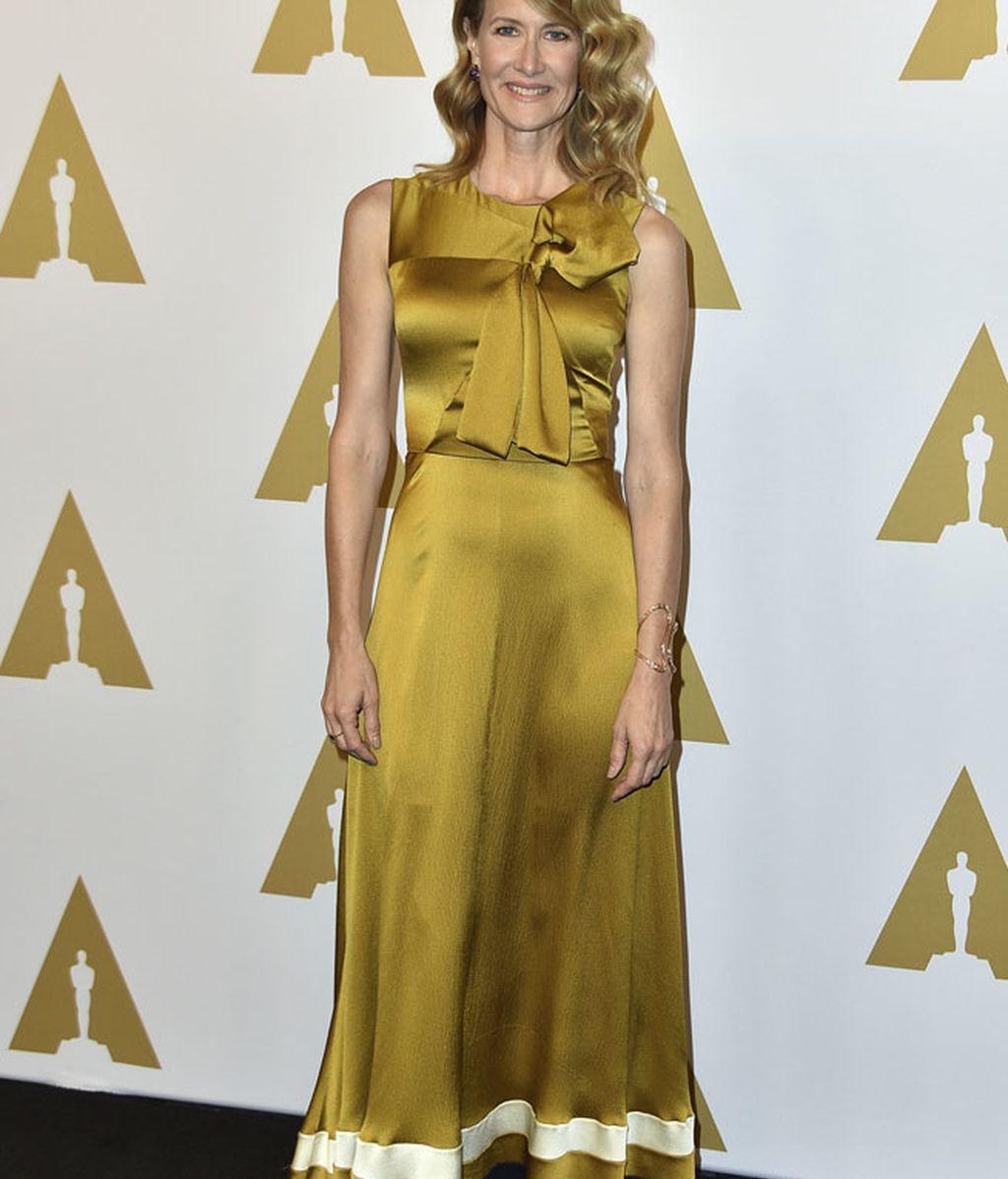 Laura Dern optó por un vestido satén en color mostaza de Roksanda