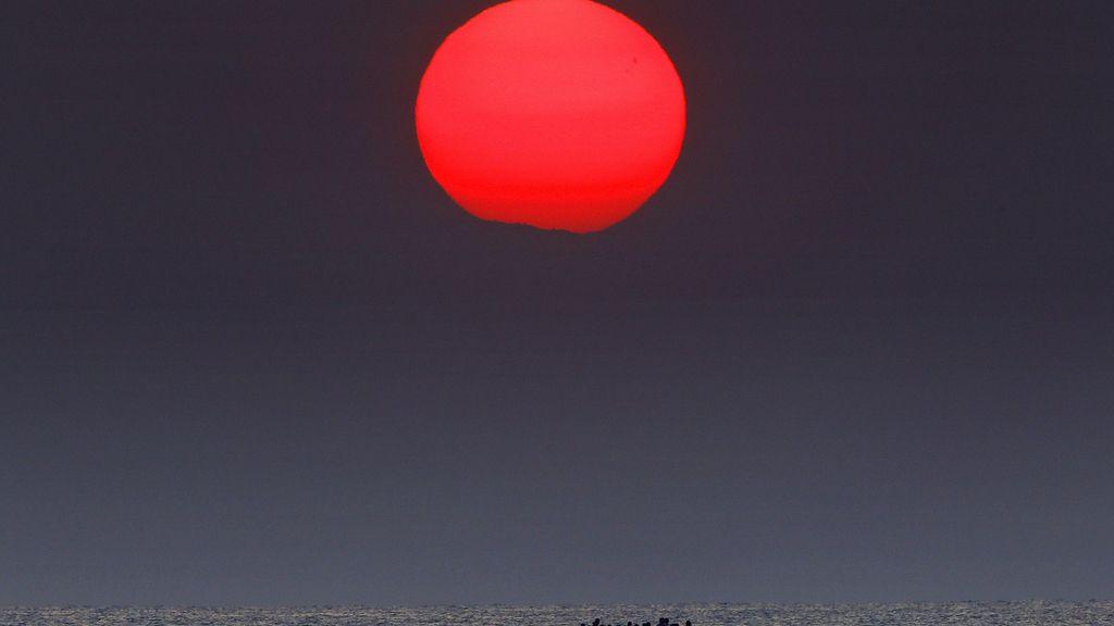Un sol rojo se cierne sobre el mar Egeo