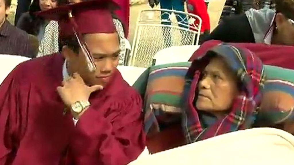 Logra adelantar su graduación del instituto para que su padre, a punto de morir, lo vea