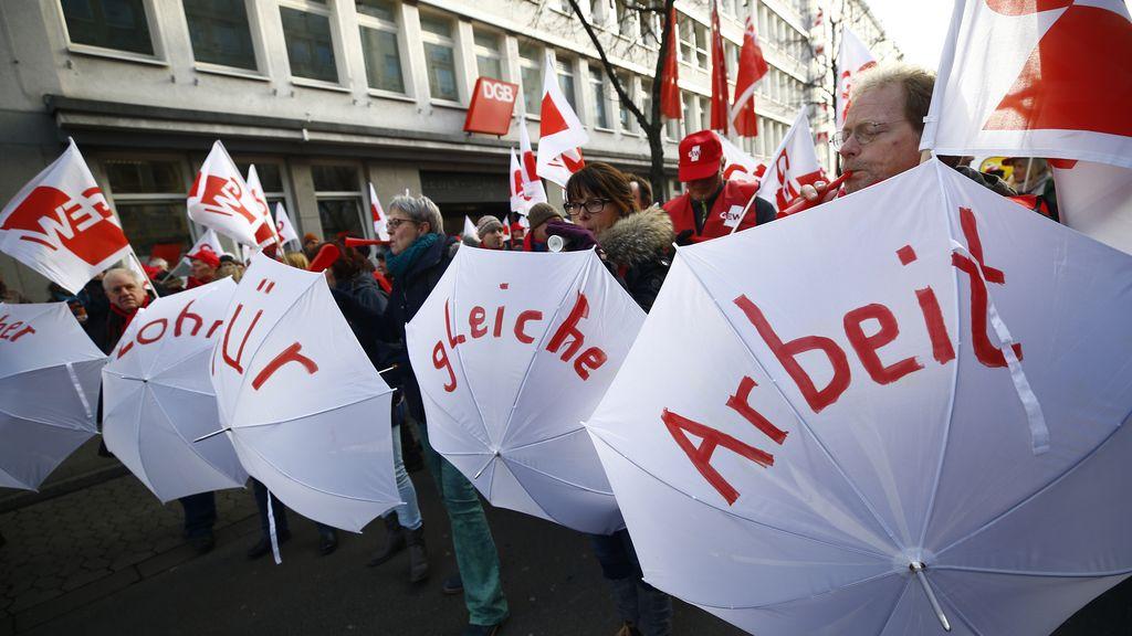 Los funcionarios alemanes protestan en las calles de Dusseldorf