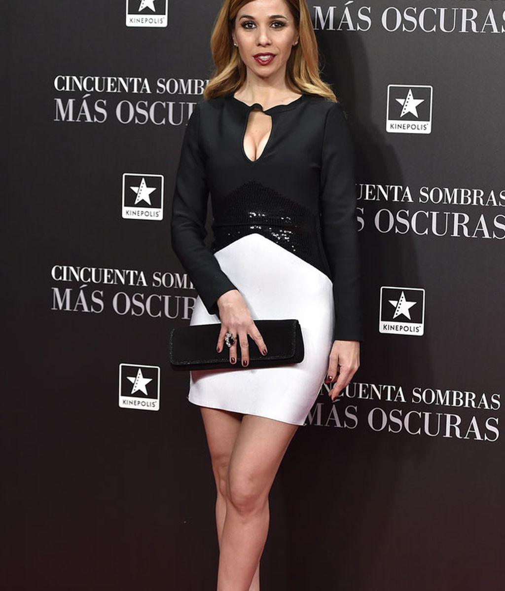 Natalia eligió un vestido corto en blanco y negro