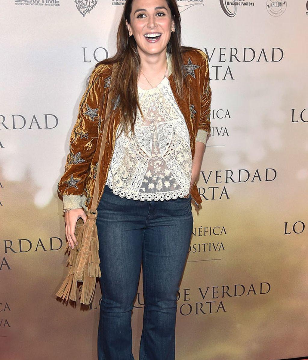 Tamara Falcó, reaparición en vaqueros estilo setenteros y chaqueta de terciopelo