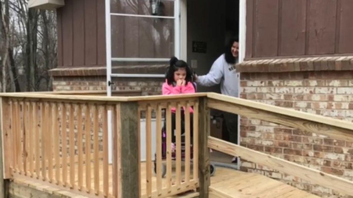 Construyen una rampa a una niña en silla de ruedas sin recursos económicos