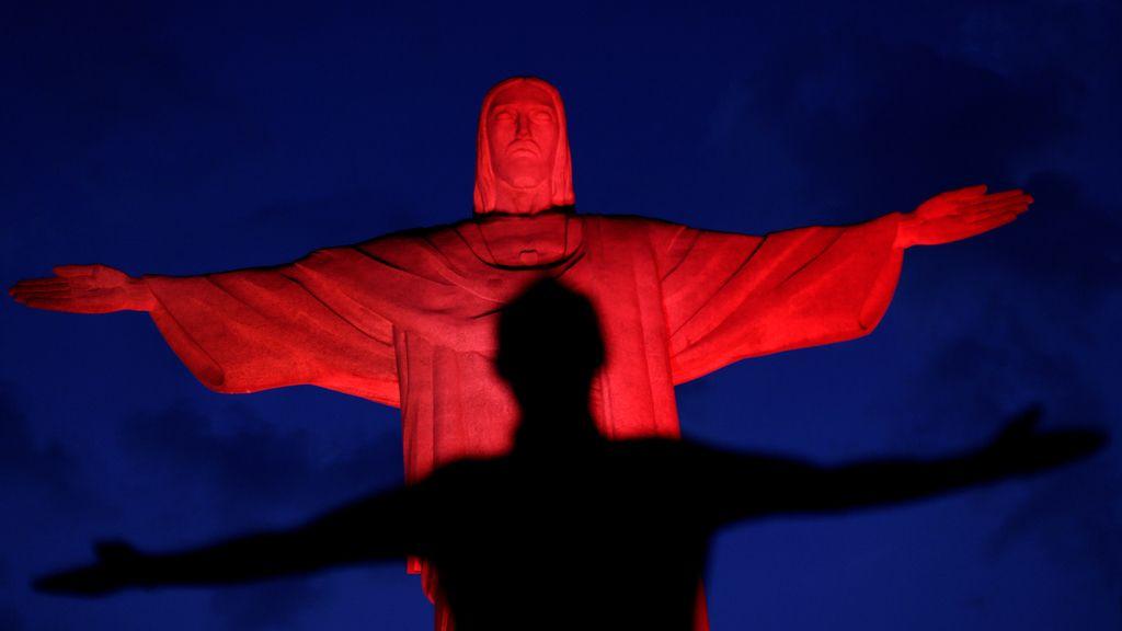 El Cristo Redentor se tiñe de rojo