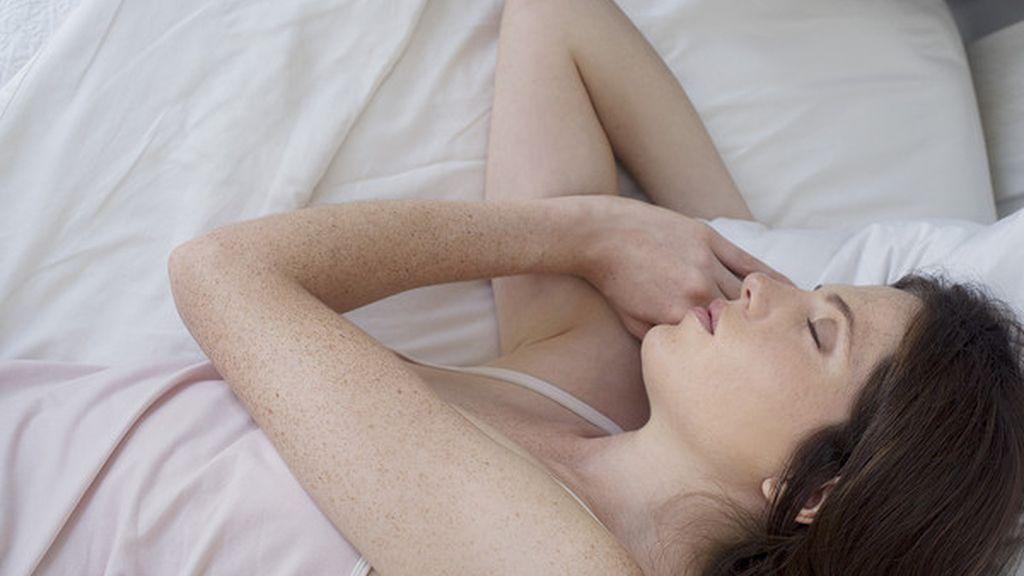 Mujer dormida en una imagen de archivo