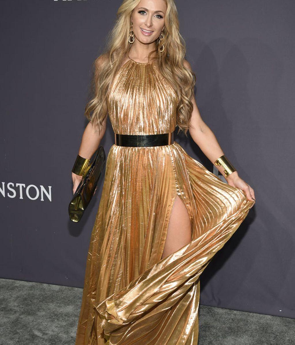 Paris Hilton apostó todo al dorado, accesorios incluídos