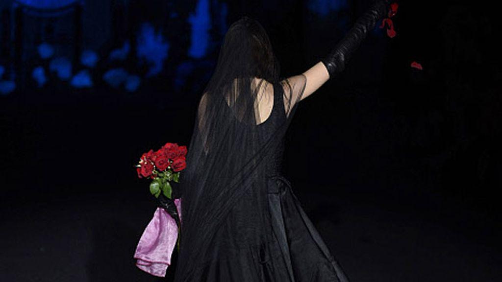 Palito Dominguín desfiló de negro y con un ramo de rosas en las manos
