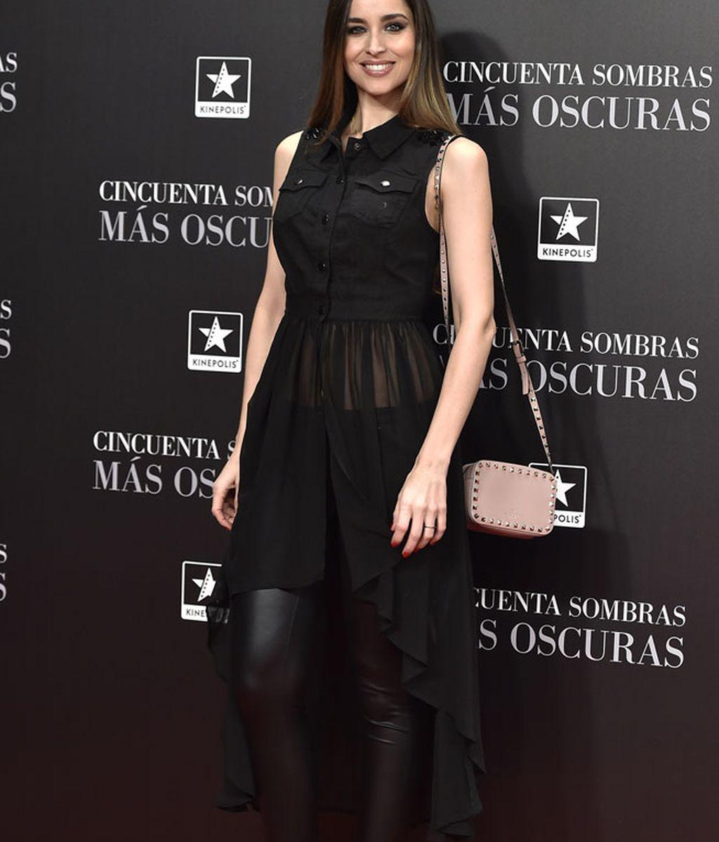 Lorena Van Heerden optó por mezclar: leggins, transparencias y tachuelas