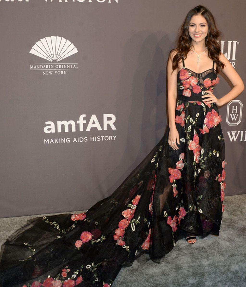 El vestido floreado de Victoria Justice es un diseño de Marchesa