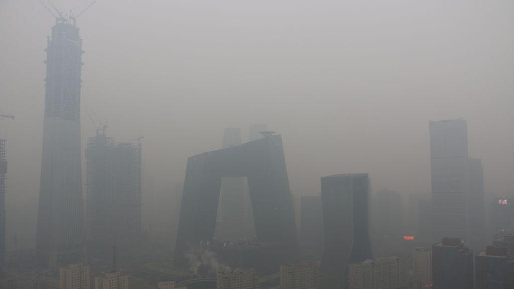 Edificios casi insvisibles por la contaminación