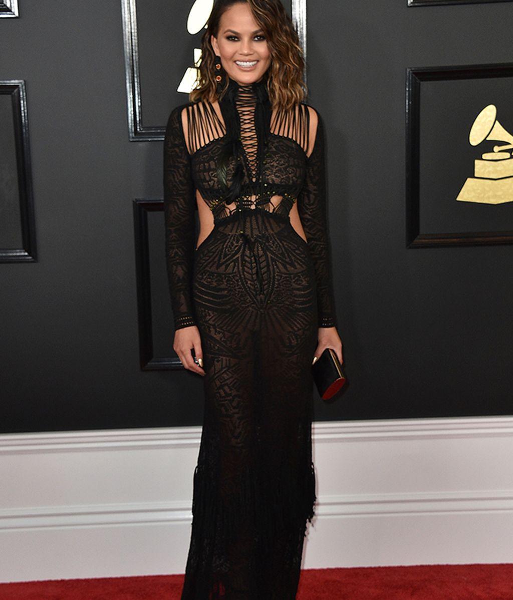 Chrissy Teigen con vestido negro semitransparente
