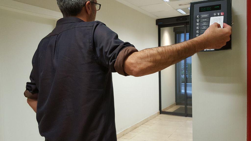 Un trabajador ficha con su tarjeta a la salida de su jornada laboral