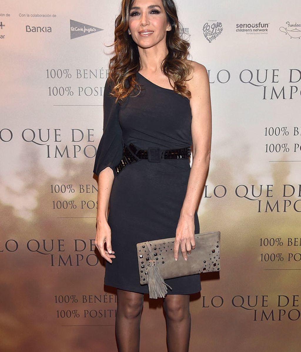 Paloma Lago, sencillez con su vestido oscuro de una sola manga