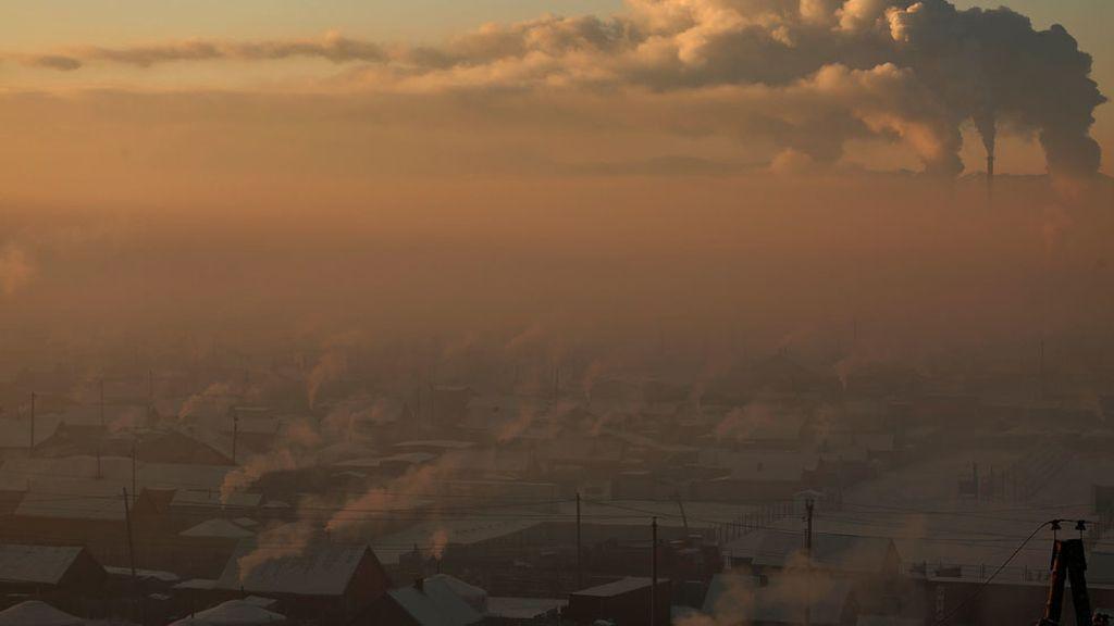 La neblina que cubre unas chimeneas