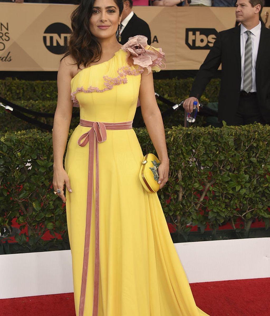 Salma Hayek apostó por un vestido largo en color amarillo y pinceladas rosas