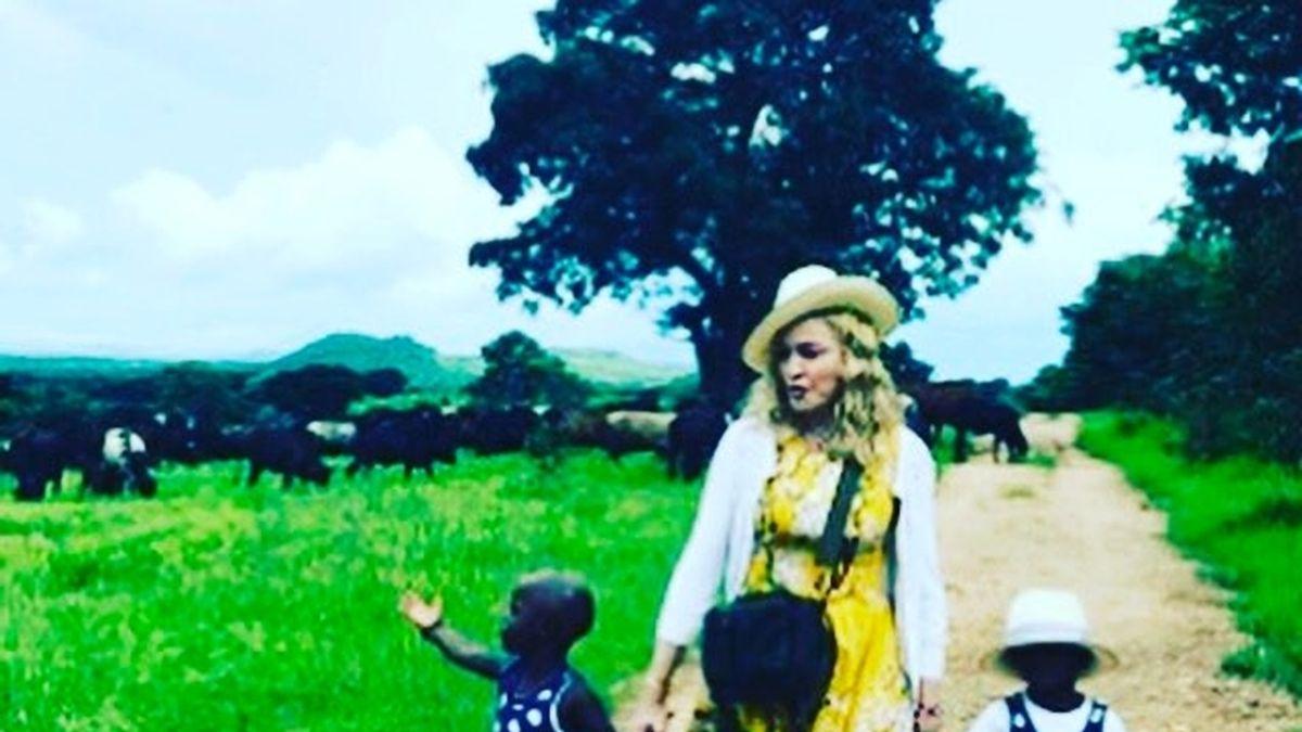 Madonna con sus dos hijas recién adoptadas