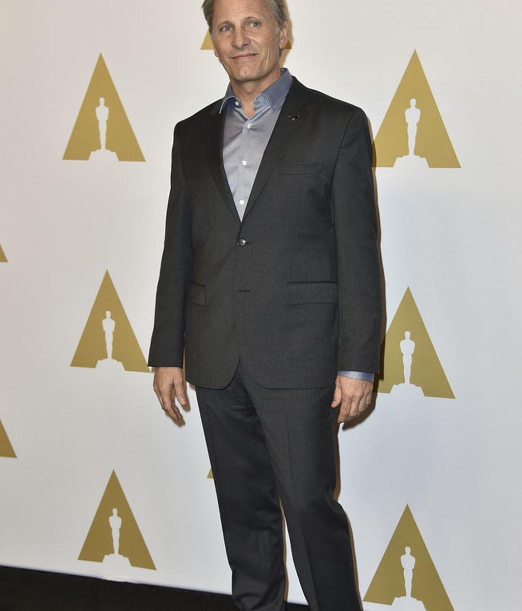 Viggo Mortensen de traje y con camisa satén morada