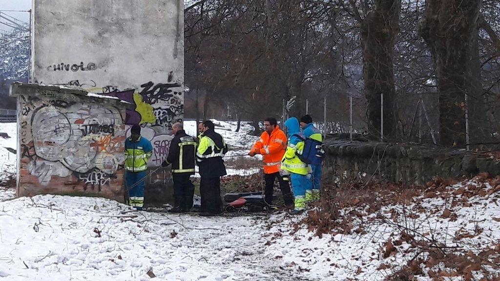 El SUMMA atiende a un joven rescatado por bomberos al haber caído en un pozo en la estación de renfe de El Escorial