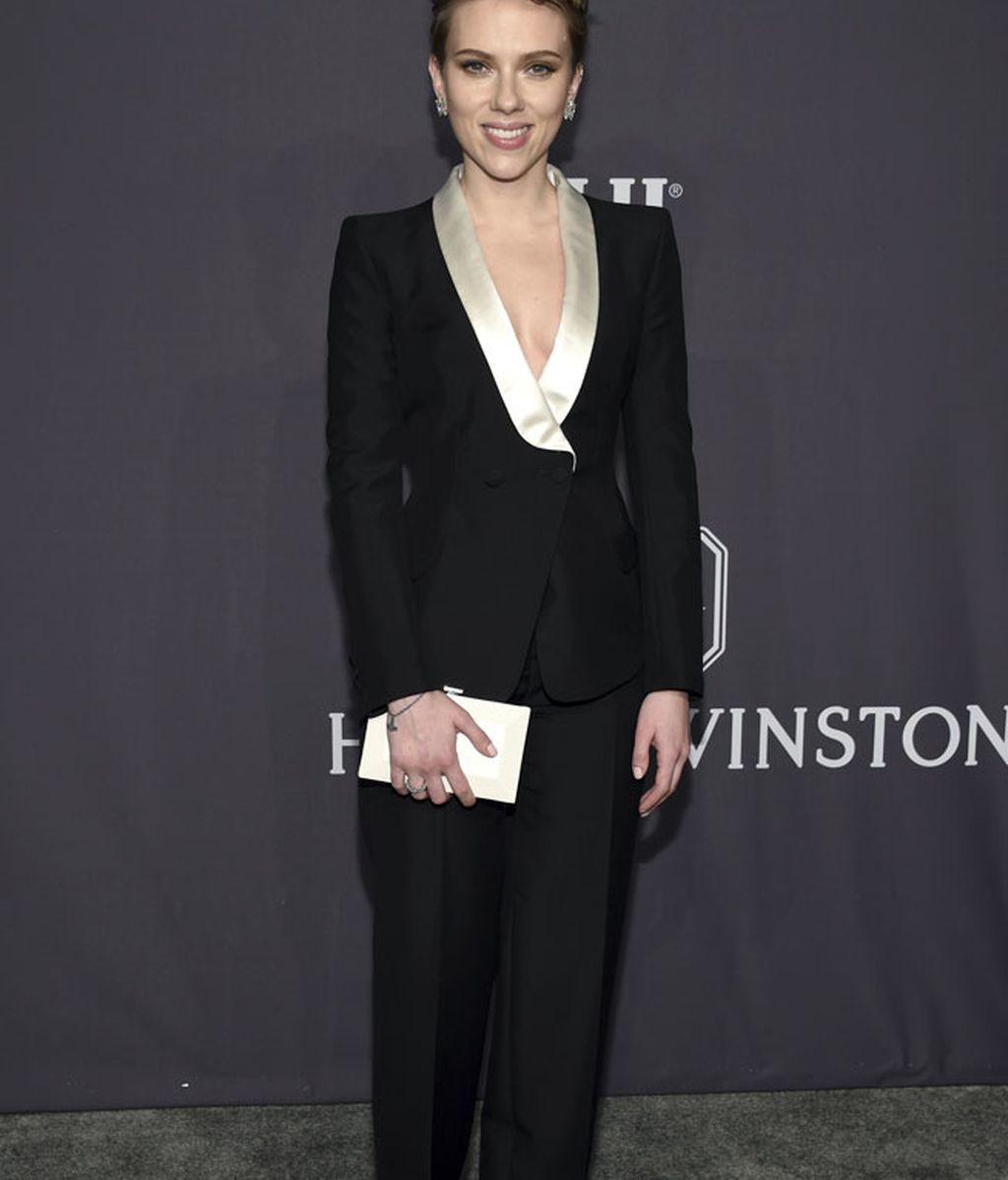 Scarlett Johansson y la comodidad de un traje, by Atelier Versace