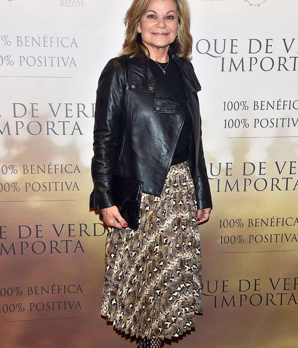Cari Lapique, muy 'rock', con chaqueta de cuero y medias de rejilla