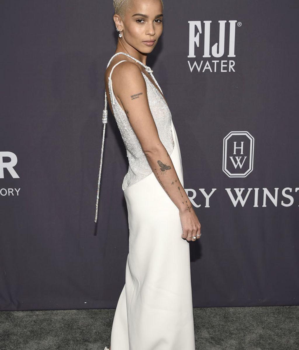 El blanco asimétrico de Zoë Kravitz es un diseño de Atelier Versace