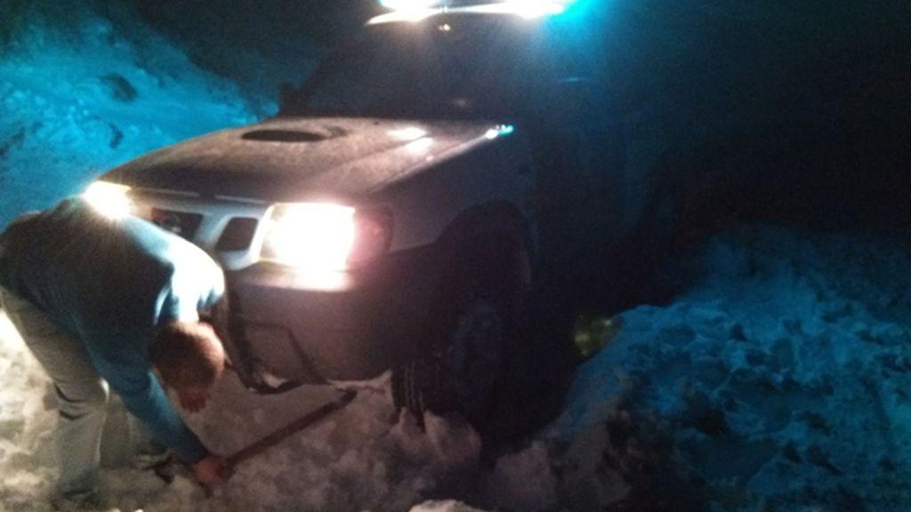 Dos guardias civiles fuera de servicio rescatan a una familia en Jaén atrapada en la nieve