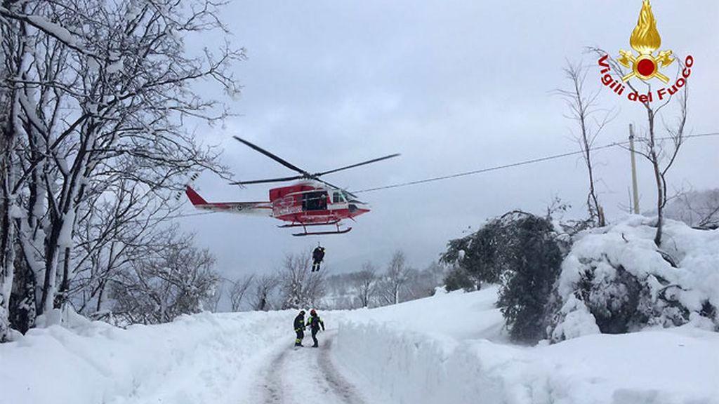 Llegan los helicópteros para trasladar a los supervivientes del hotel Rigopiano