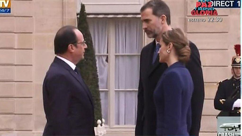 Los Reyes dan las condolencias a Hollande tras el accidente aéreo
