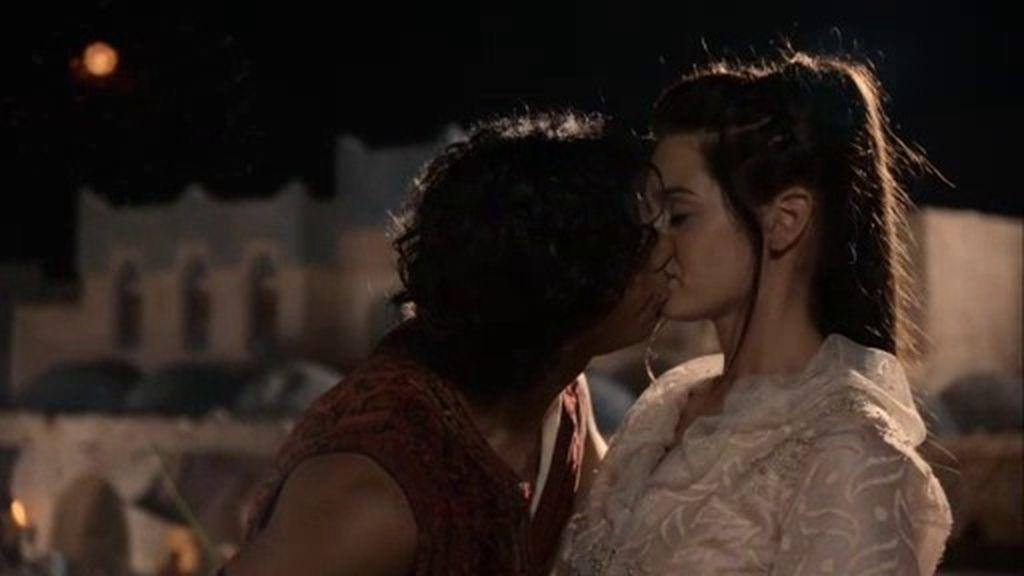 Aladino besa a Sherezade