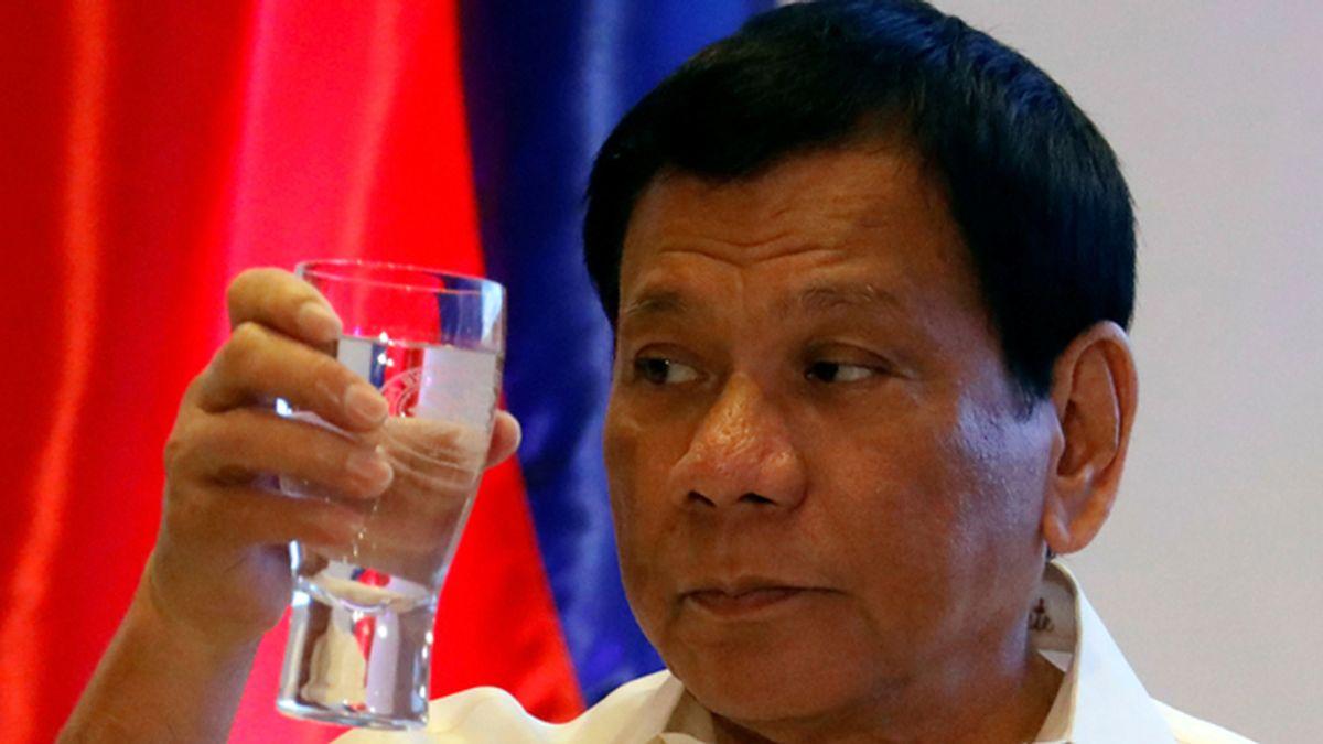 """Rodrigo Duterte envía a 311 policías corruptos a una isla: """"Si sales vivo puedes regresar"""""""