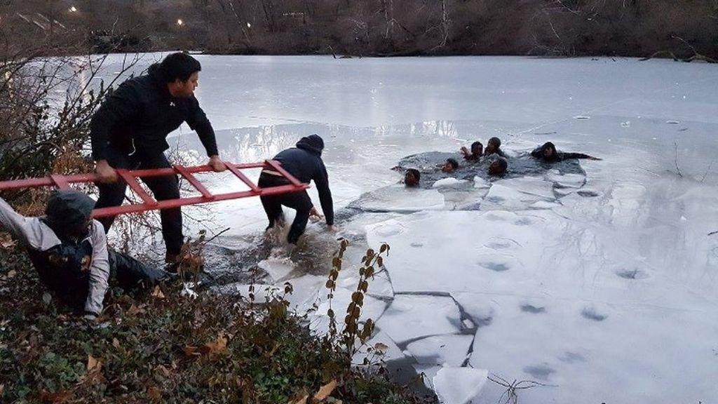 Rescate de unos adolescentes de un lago helado