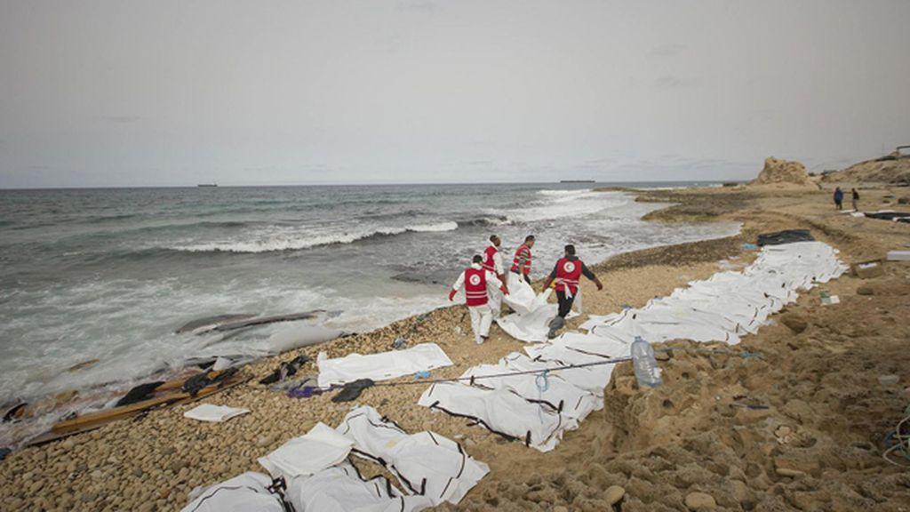 Voluntarios de la Media Luna Roja recuperan los cadáveres de migrantes naufragados frente a las costas de Libia
