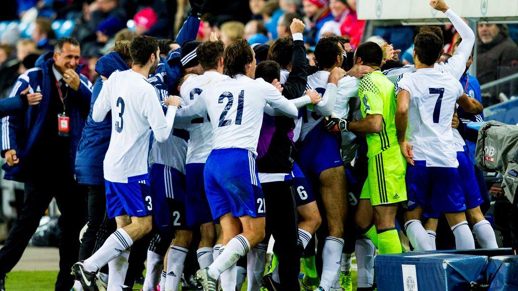 Los jugadores de San Marino celebran un gol ante Noruega