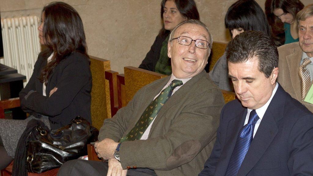 El ex ministro de Medio Ambiente y ex presidente del Gobierno Balear, Jaume Matas, junto al periodista Antonio Alemany y la exjefa de Prensa de su gabinete María Humbert, durante la segunda jornada del juicio por el caso Palma Arena