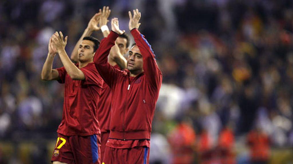 Los jugadores del Barça saludan a su afición