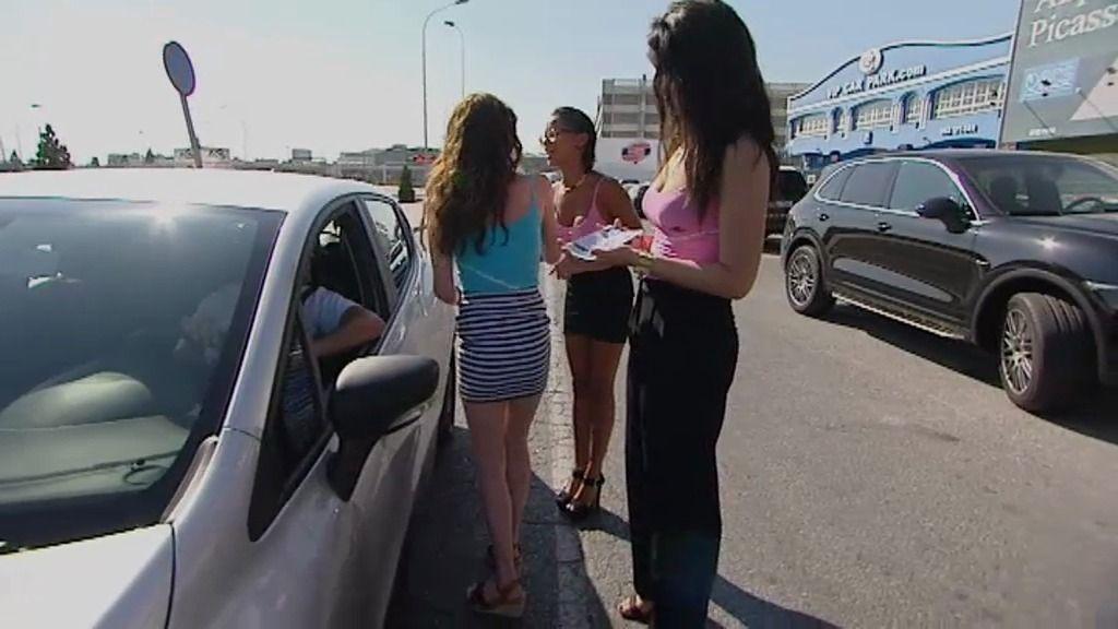 Las divinas chicas de Rafa, reparten panfletos de uno de los negocios familiares