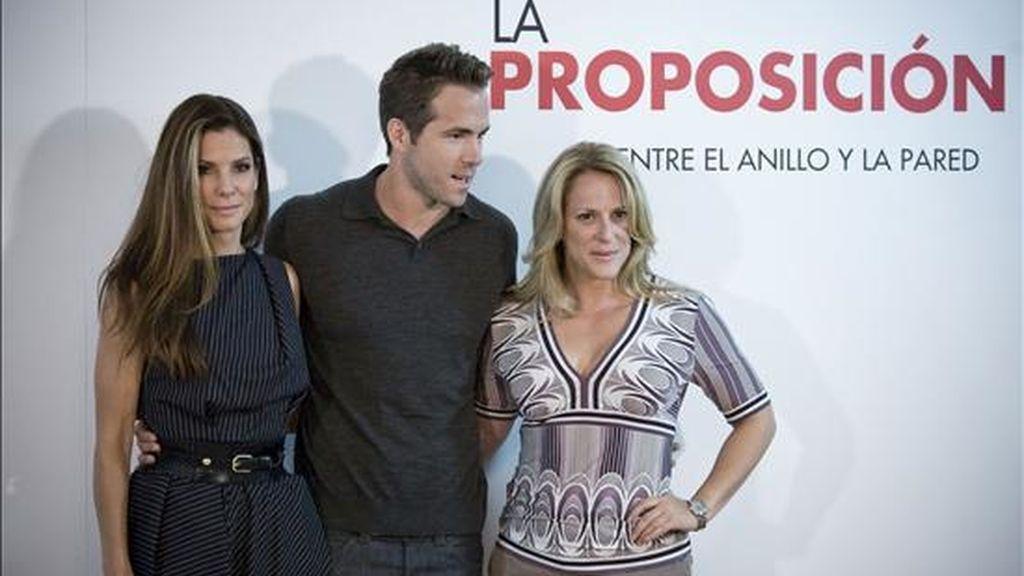 """La actriz Sandra Bullock (i) posa junto al actor Ryan Reynolds y la realizadora Anne Fletcher con motivo de la presentación, hoy en Madrid, de la película """"La proposición"""". EFE"""