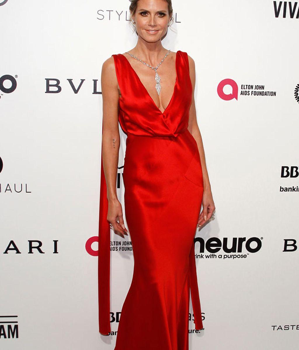 Heidi Klum lució un vestido rojo, escotazo y collar de Lorraine Schawartz