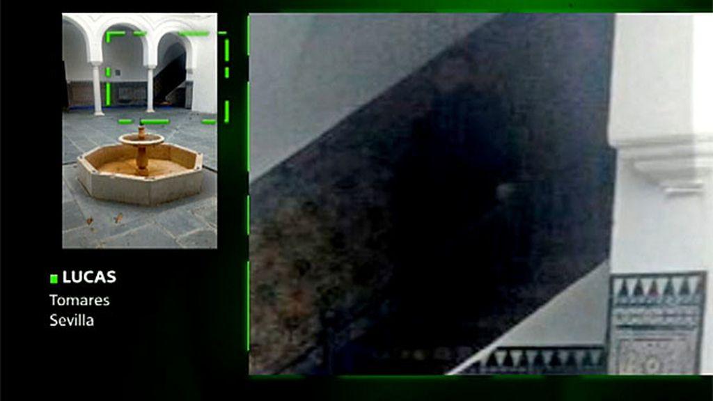 Un fantasma escondido tras una capa?