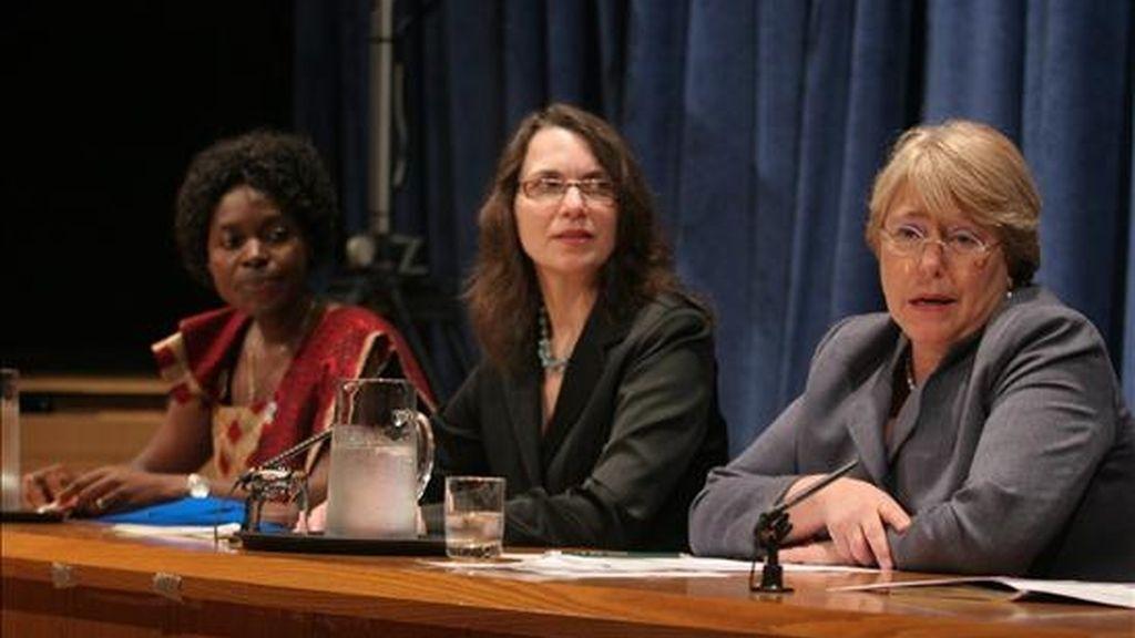 La responsable de la agencia ONU Mujeres, Michelle Bachelet (d), habla acompañada por Shupe Makashinyi (i) de Igualdad Ya Zimbabwe y la vicepresidenta de Contribuciones Empresariales de Johnson & Johnson, Sharon D'Agostino (c), durante el Día Internacional de la Eliminación de la Violencia contra la Mujer, en Nueva York (EE.UU.). EFE