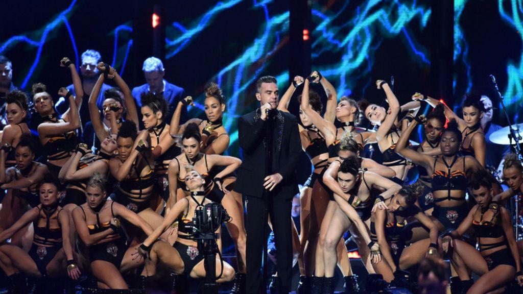 Actuación estelar de Robbie Williams en los premios Brit