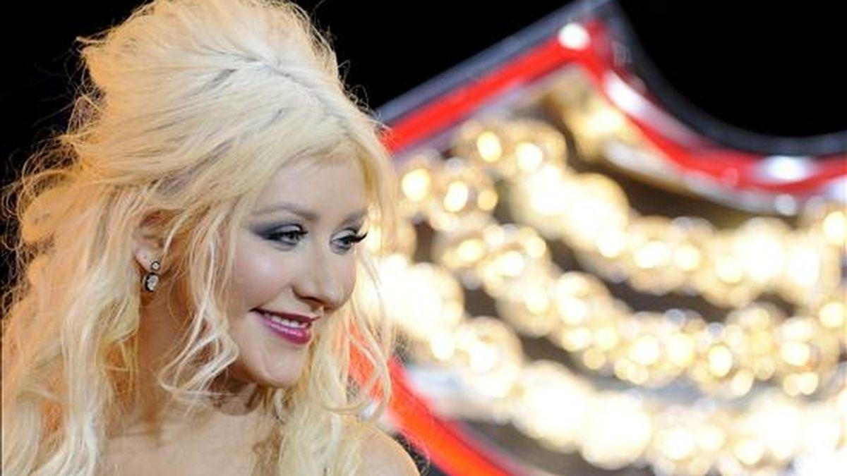 """Fotografía del pasado 15 de noviembre en la que se registró a la cantante y actriz estadounidense Christina Aguilera a su llegada al estreno del filme musical """"Burlesque"""" en Los Ángeles, California (EE.UU.). Aguilera ha develado detalles de su divorcio con Jordan Bratman. EFE/Archivo"""