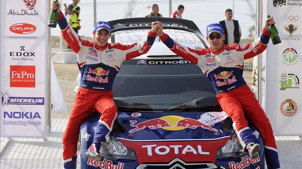 El francés Sebastien Ogier (Citroen) (d) y su copiloto, Julien Ingrassia (i), celebran en el podio con su coche tras ganar el rally de Jordania, cuarta prueba del Mundial, por sólo dos décimas de segundo de diferencia sobre el finlandés Jari-Matti Latvala (Ford), en Jerash, Jordania. EFE