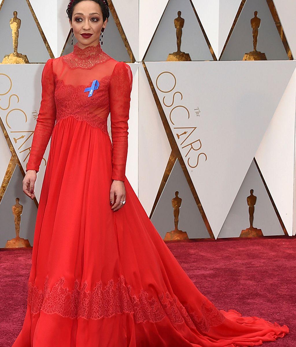 Ruth Negga con vestido rojo Valentino
