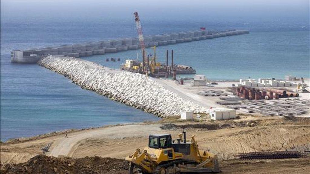 El puerto de Tánger Med comenzó hoy la construcción de su segunda fase, con lo que aspira a convertirse en una de las principales plataformas logísticas del Mediterráneo. EFE