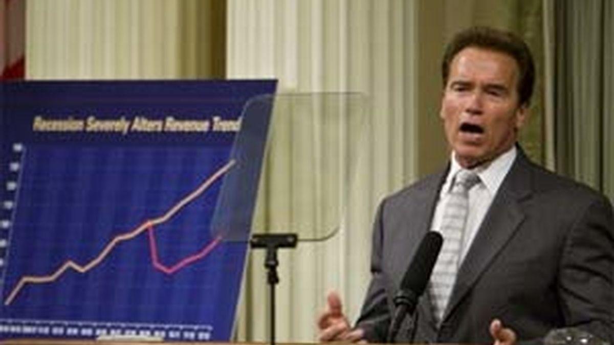 Arnold Schwarzenegger el pasado 2 de junio, exponiendo la situación financiera del estado en el Capitolio del Estado. Foto:Getty Images