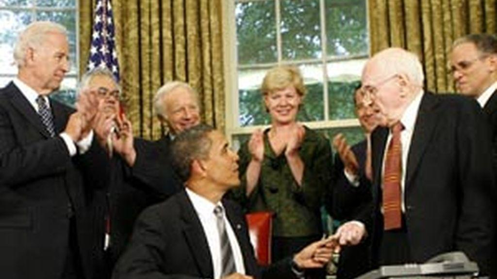 El presidente de Estados Unidos, Barack Obama, habla con el activista por los derechos de los homosexuales Frank Kameny  en la oficina Oval de la Casa Blanca. Foto: EFE